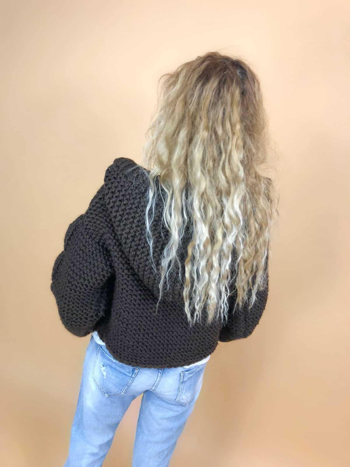 На второй фотографии женский бомбер с капюшоном со спины от Shapar, бренда вязаной одежды ручной работы в интернет-магазине связанных спицами вещей.
