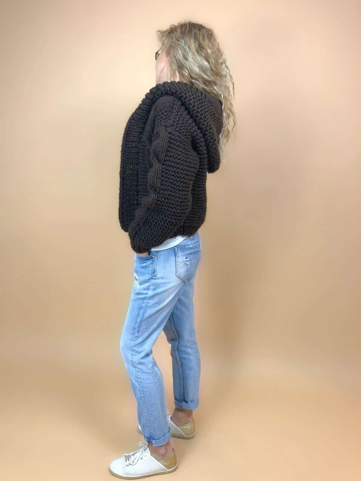 На третьей фотографии женский бомбер с капюшоном коричневого цвета от Shapar, бренда вязаной одежды ручной работы в интернет-магазине связанных спицами вещей.