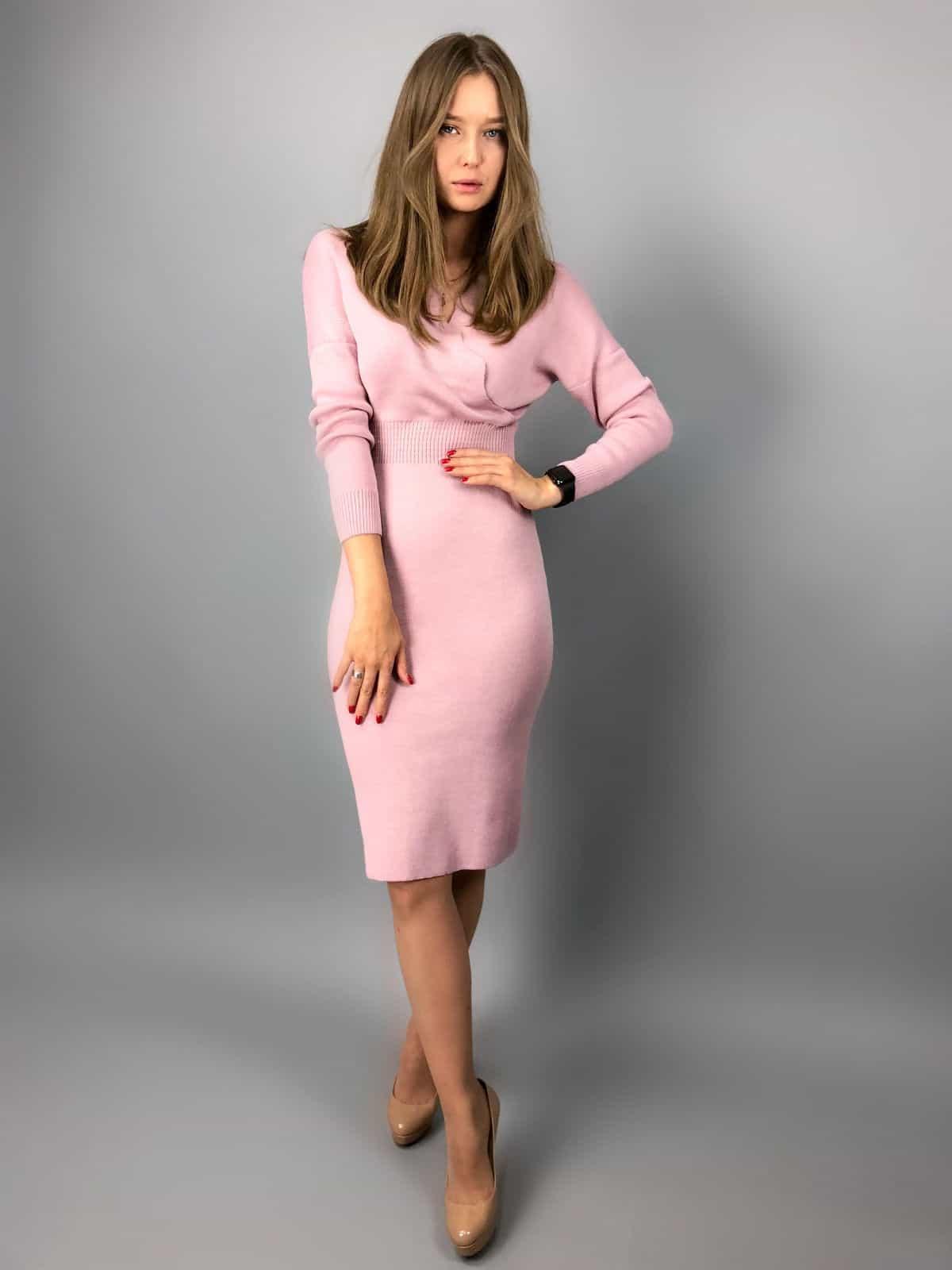 На пятой фотографии деловое платье с запахом для офиса от Shapar, бренда вязаной одежды ручной работы в интернет-магазине связанных спицами вещей.