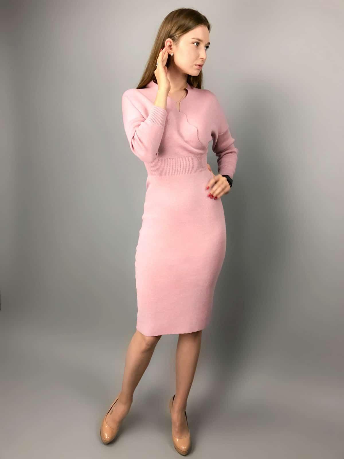 На первой фотографии деловое платье с запахом от Shapar, бренда вязаной одежды ручной работы в интернет-магазине связанных спицами вещей.
