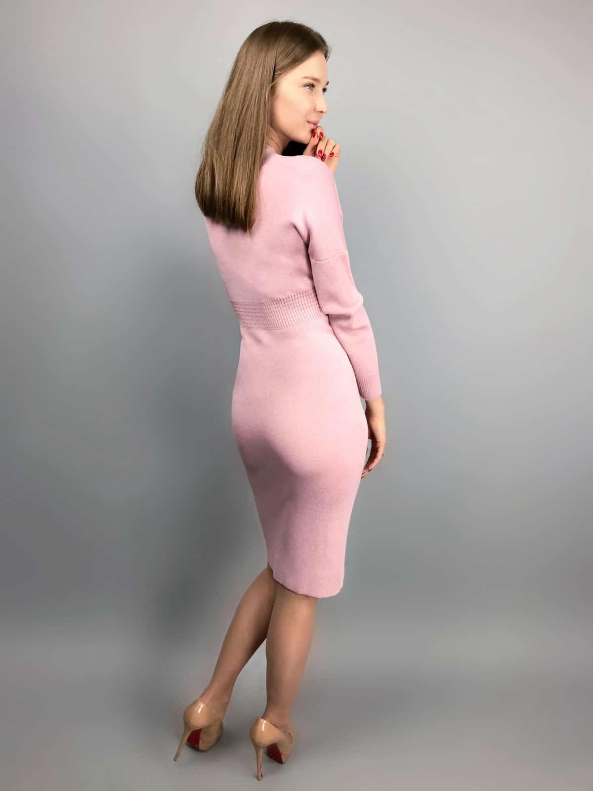 На второй фотографии деловое платье с запахом розового цвета от Shapar, бренда вязаной одежды ручной работы в интернет-магазине связанных спицами вещей.
