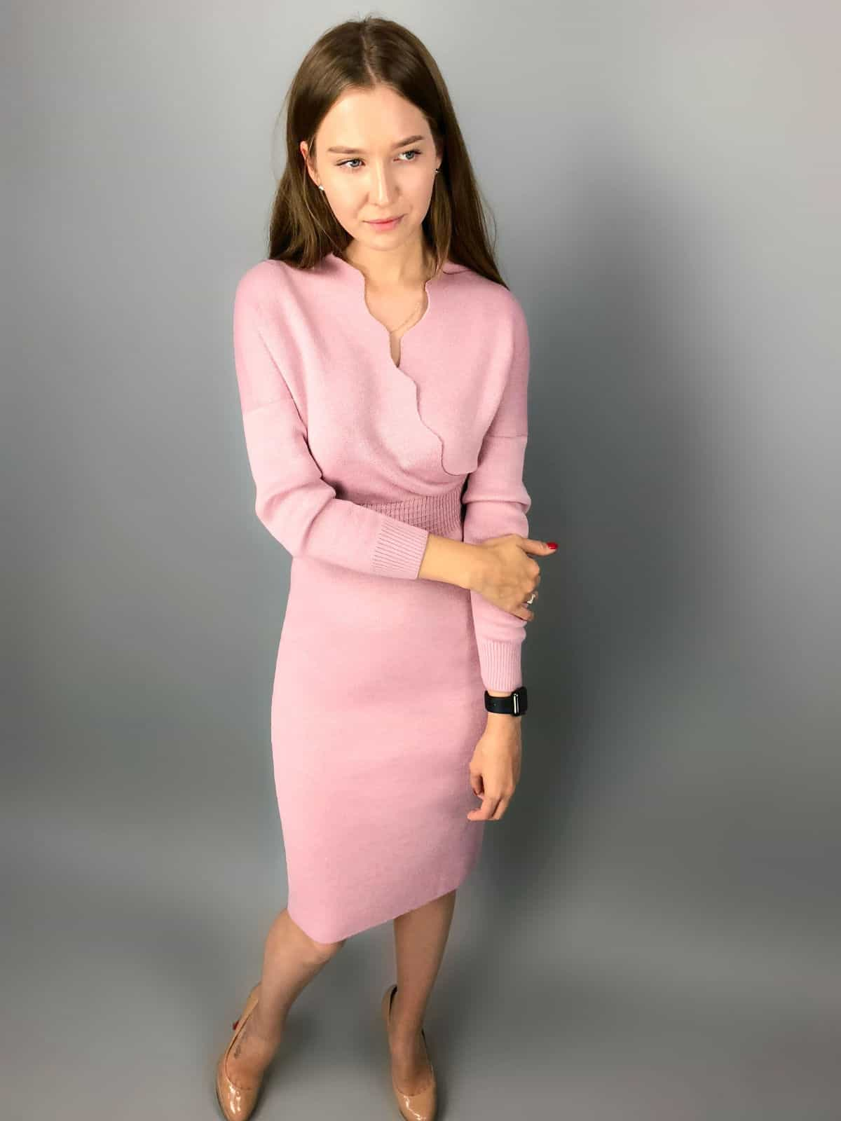 На третьей фотографии стильное деловое платье с запахом для девушек и женщин от Shapar, бренда вязаной одежды ручной работы в интернет-магазине связанных спицами вещей.