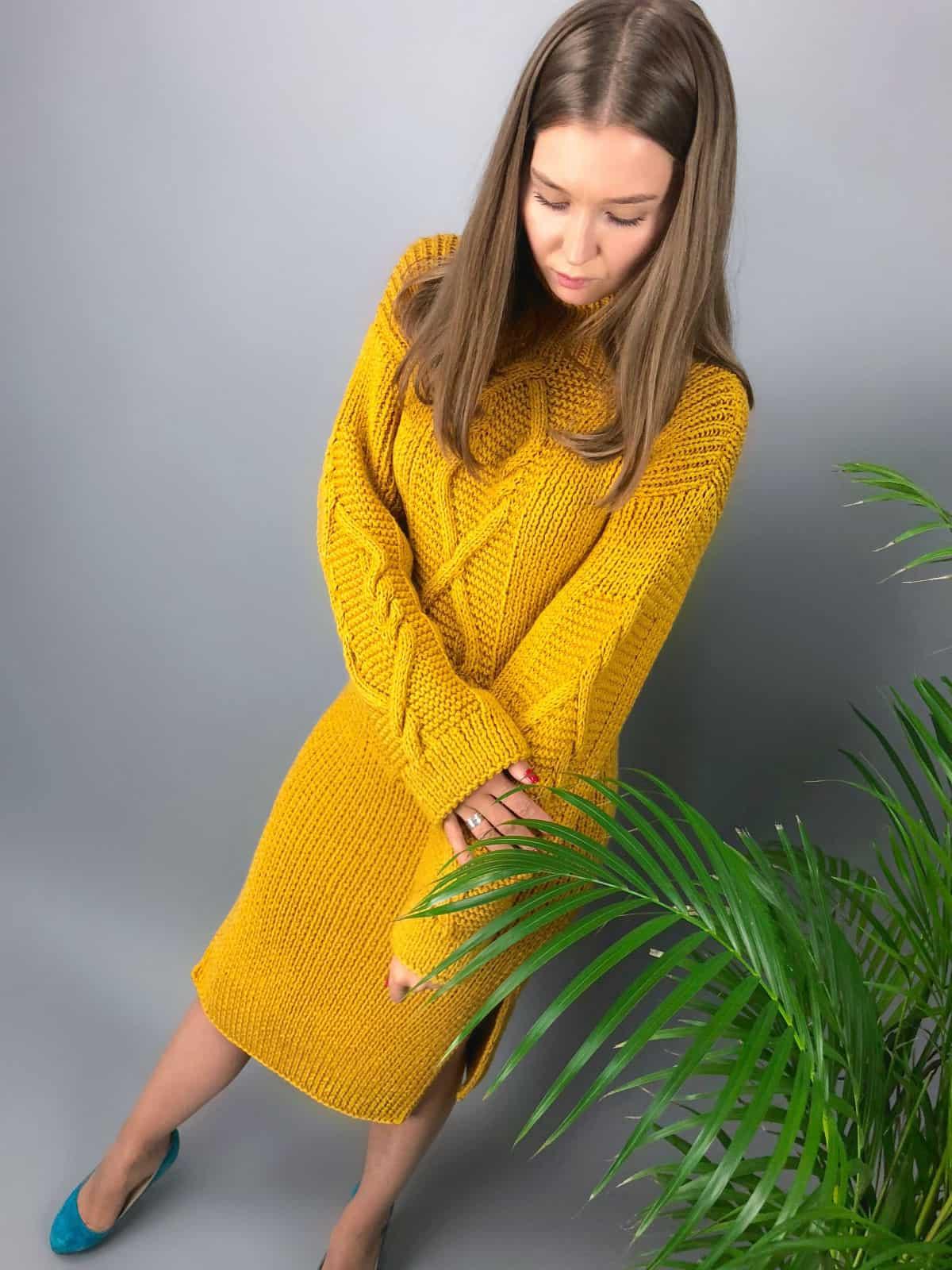 На фотографии горчичное вязаное платье от Shapar, бренда одежды ручной работы в интернет-магазине связанных спицами вещей.