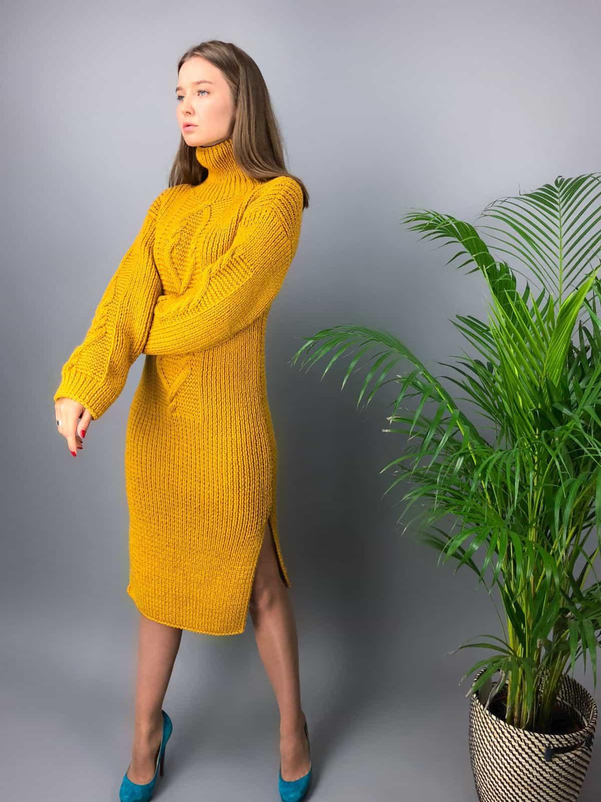 На третьей фотографии модное горчичное вязаное платье для девушек и женщин с воротником стойкой от Shapar, бренда одежды ручной работы в интернет-магазине связанных спицами вещей.