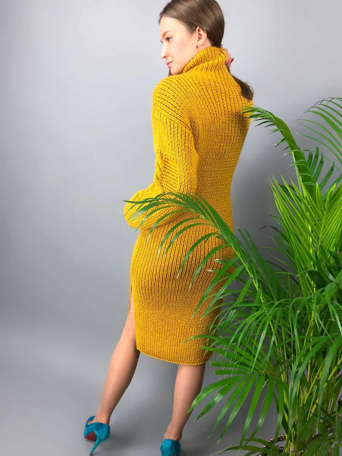 На второй фотографии горчичное вязаное платье со спины от Shapar, бренда женской одежды ручной работы в интернет-магазине связанных спицами вещей.