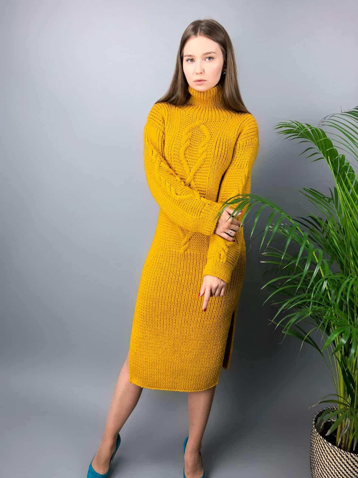 На пятой фотографии горчичное вязаное платье с косами на рукавах от Shapar, бренда одежды ручной работы в интернет-магазине связанных спицами вещей.