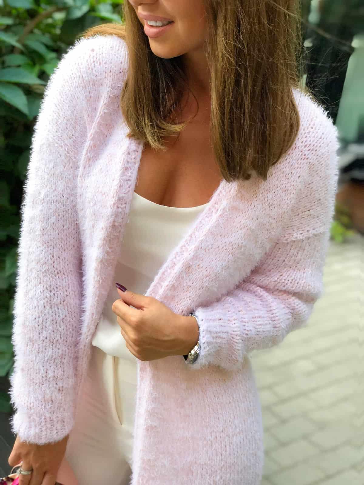 На третьей фотографии женский кардиган из хлопка бледно-розового цвета от Shapar, бренда вязаной одежды ручной работы в интернет-магазине связанных спицами вещей.