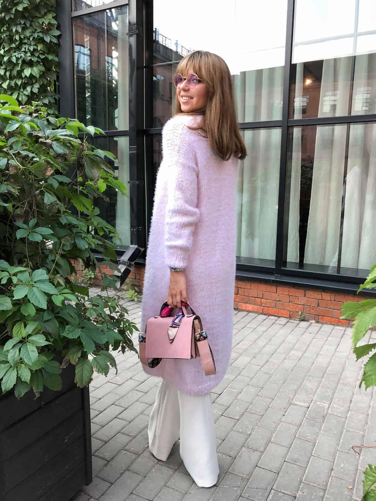 На пятой фотографии модный кардиган из хлопка для девушек и женщин от Shapar, бренда вязаной одежды ручной работы в интернет-магазине связанных спицами вещей.