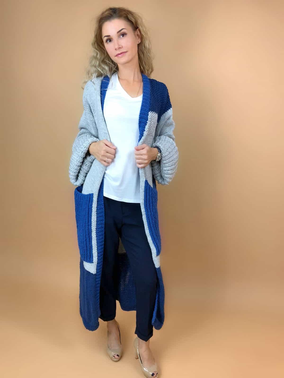 На фотографии женский кардиган с карманами спицами от Shapar, бренда вязаной одежды ручной работы в интернет-магазине связанных вещей.