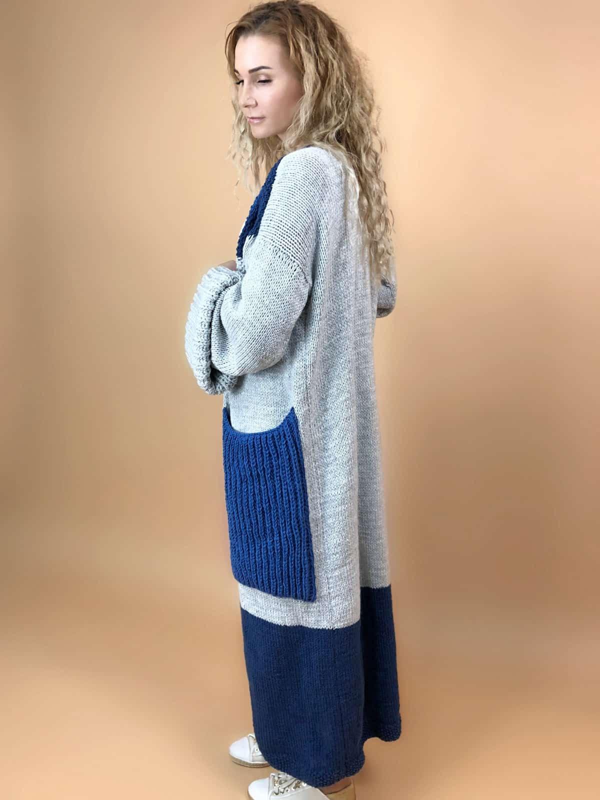 На второй фотографии женский длинный кардиган с карманами спицами от Shapar, бренда вязаной одежды ручной работы в интернет-магазине связанных вещей.