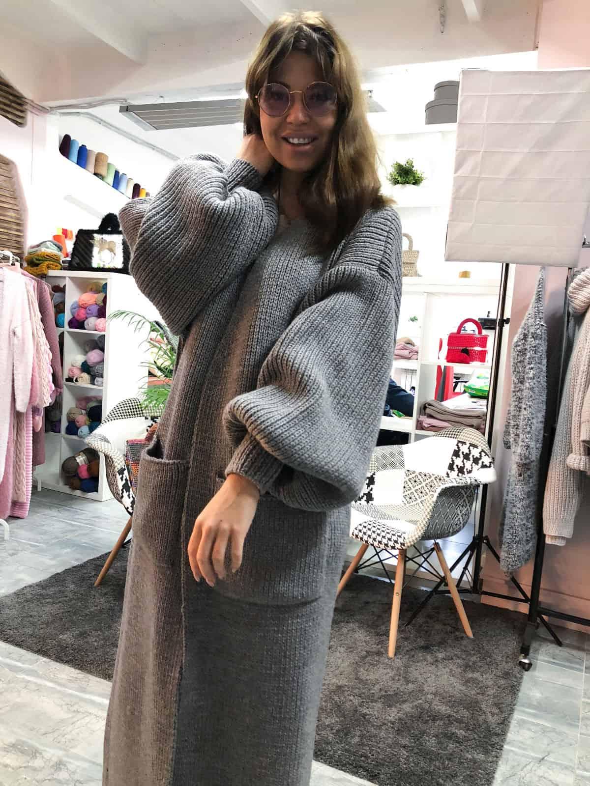 На третьей фотографии женский кардиган серый длинный с карманами от Shapar, бренда вязаной одежды ручной работы в интернет-магазине связанных спицами вещей.