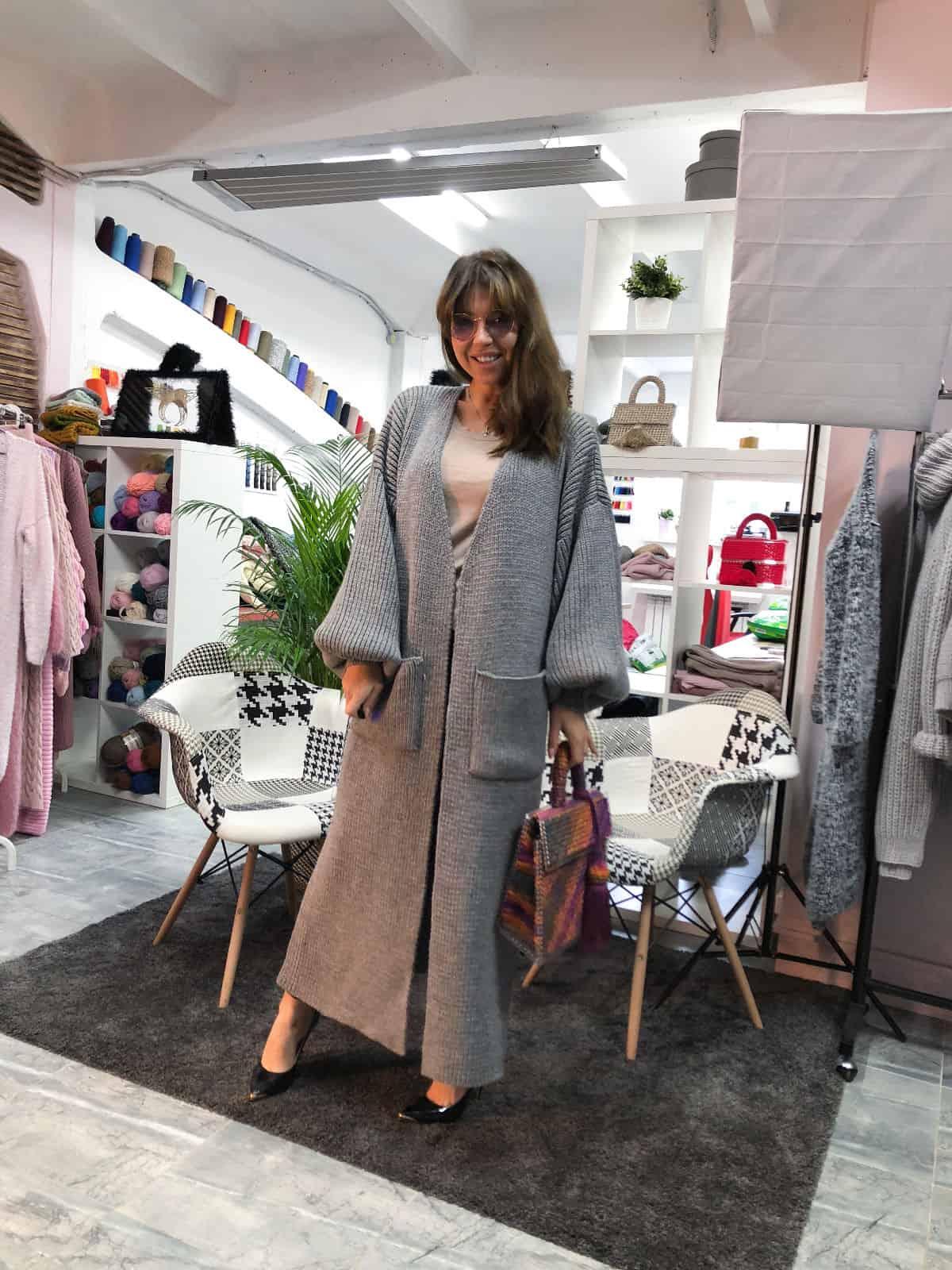 На фотографии женский кардиган серый длинный от Shapar, бренда вязаной одежды ручной работы в интернет-магазине связанных спицами вещей.