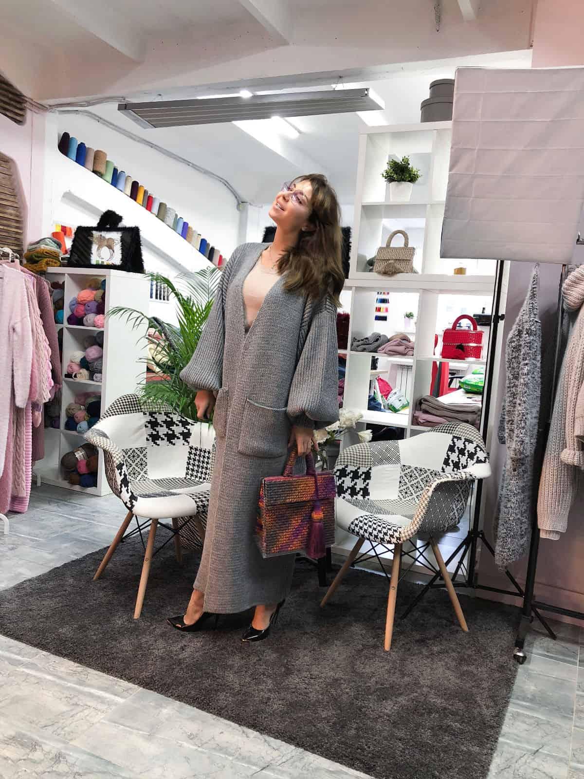 На четвертой фотографии модный объемный кардиган серого цвета от Shapar, бренда вязаной одежды ручной работы в интернет-магазине связанных спицами вещей.