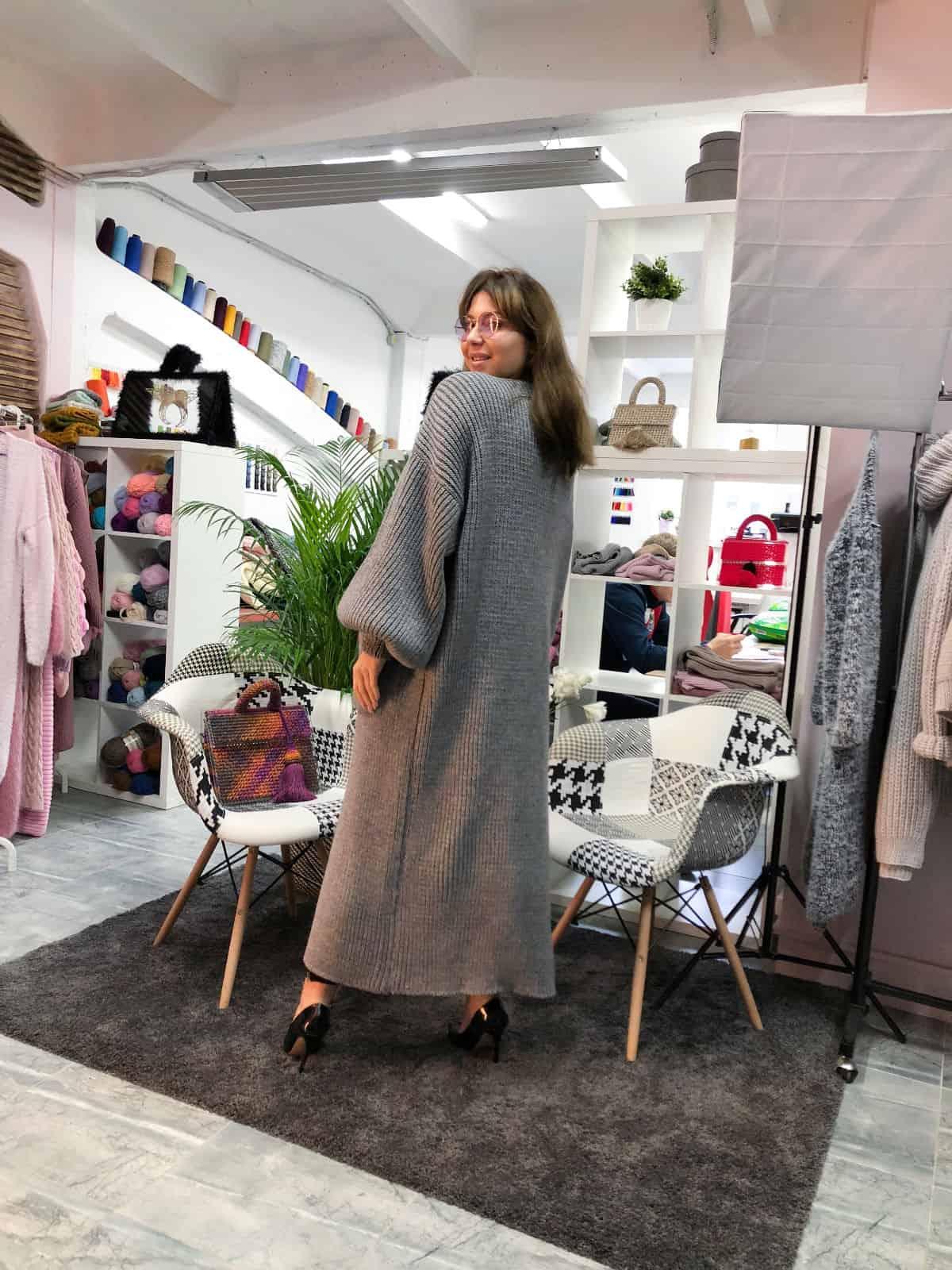 На второй фотографии женский кардиган серый длинный со спины от Shapar, бренда вязаной одежды ручной работы в интернет-магазине связанных спицами вещей.