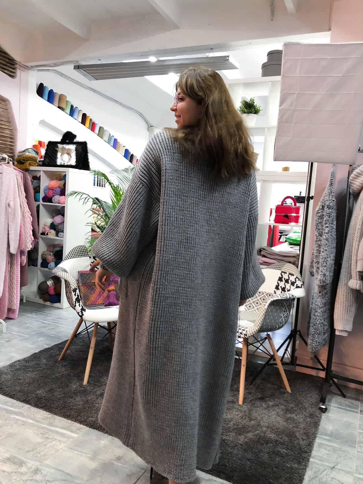 На пятой фотографии стильный кардиган для девушек и женщин от Shapar, бренда вязаной одежды ручной работы в интернет-магазине связанных спицами вещей.