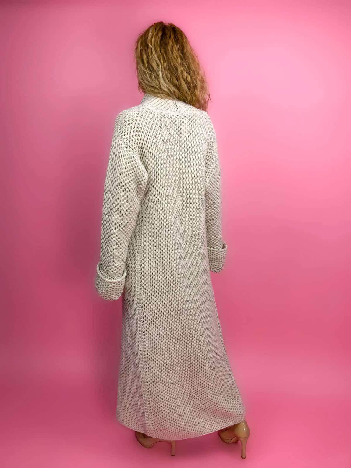 На третьей фотографии длинный женский кардиган соты спицами со спины от Shapar, бренда вязаной одежды ручной работы в интернет-магазине связанных спицами вещей.
