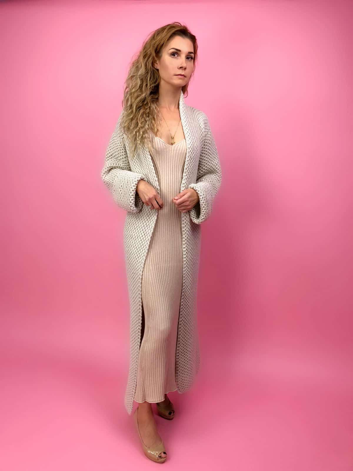 На первой фотографии женский кардиган соты спицами от Shapar, бренда вязаной одежды ручной работы в интернет-магазине связанных спицами вещей.