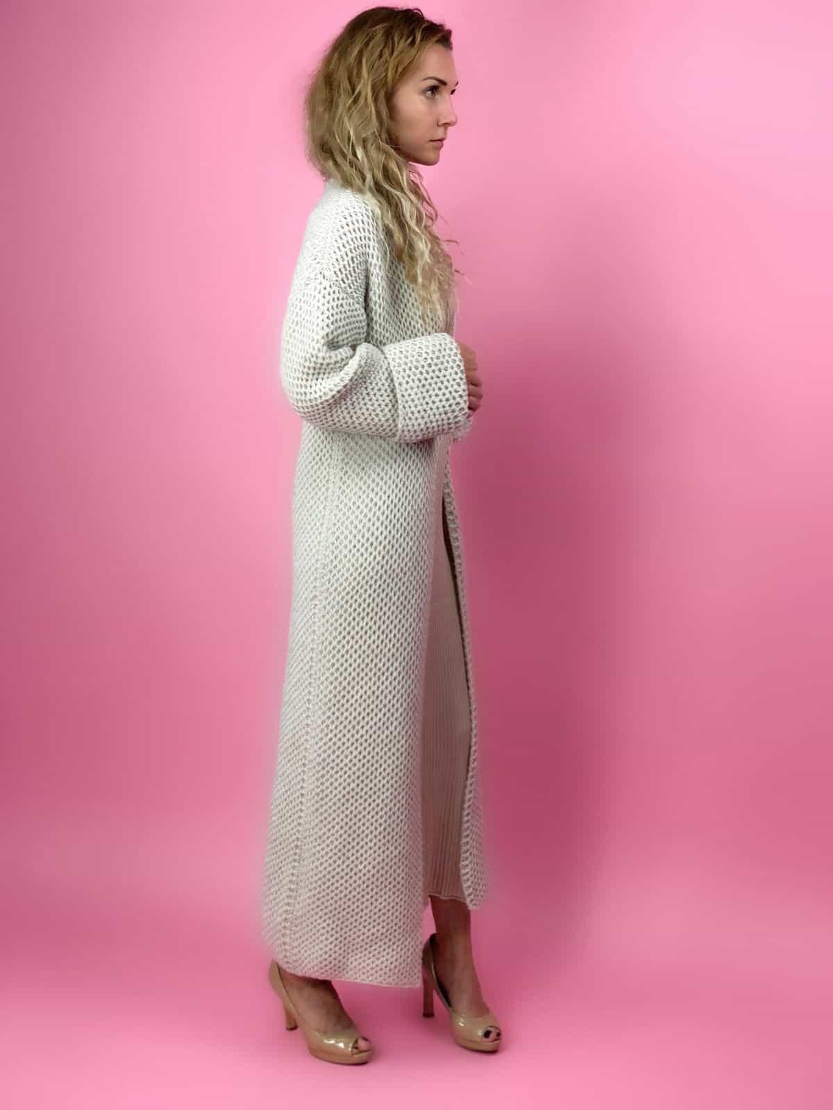 На второй фотографии бежевый женский кардиган соты спицами от Shapar, бренда вязаной одежды ручной работы в интернет-магазине связанных спицами вещей.