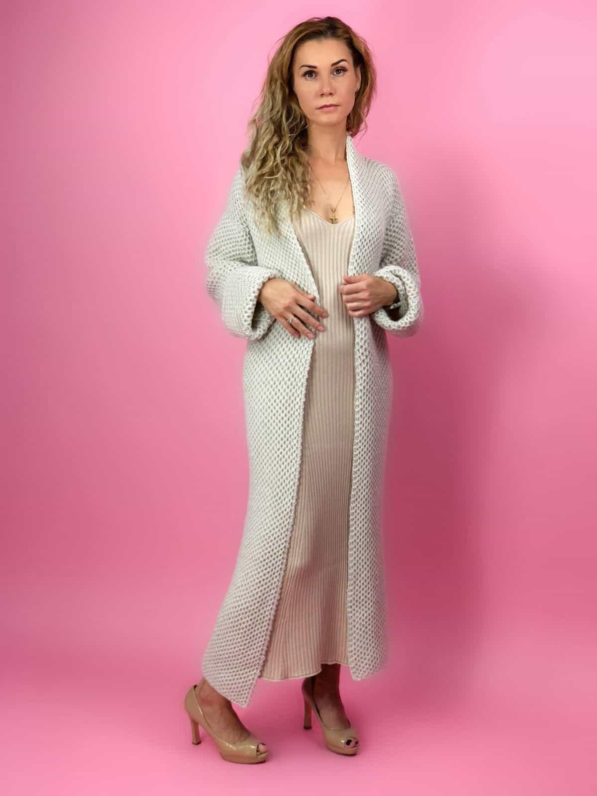 На пятой фотографии элегантный женский кардиган соты спицами от Shapar, бренда вязаной одежды ручной работы в интернет-магазине связанных спицами вещей.