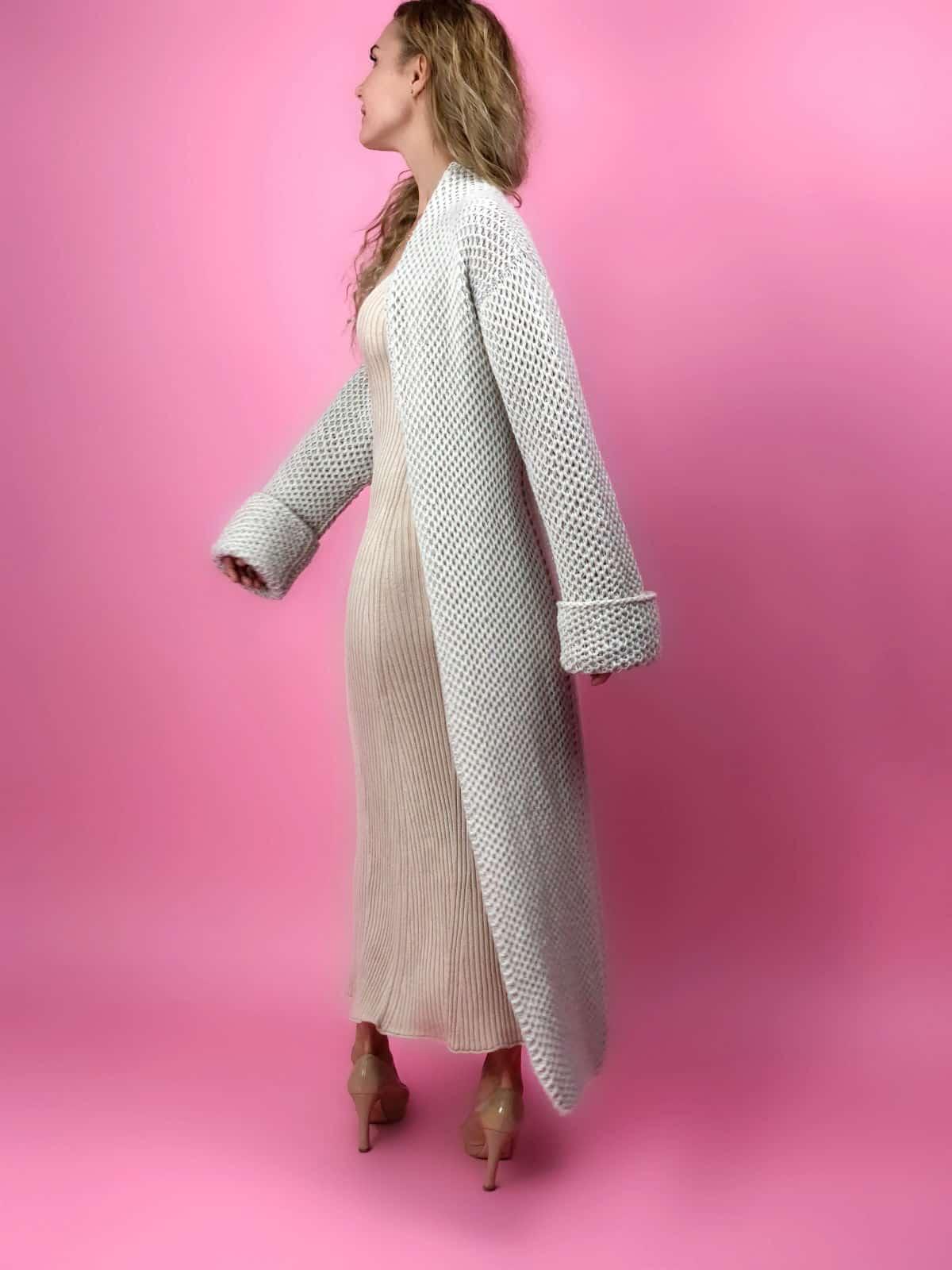 На четвертой фотографии модный кардиган в технике соты для девушек и женщин от Shapar, бренда вязаной одежды ручной работы в интернет-магазине связанных спицами вещей.