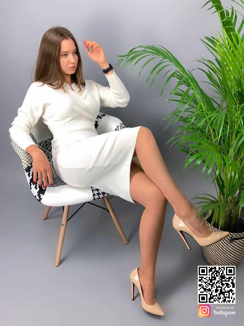 На шестой фотографии женское платье для офиса миди от Shapar, бренда вязаной одежды ручной работы в интернет-магазине связанных спицами вещей.