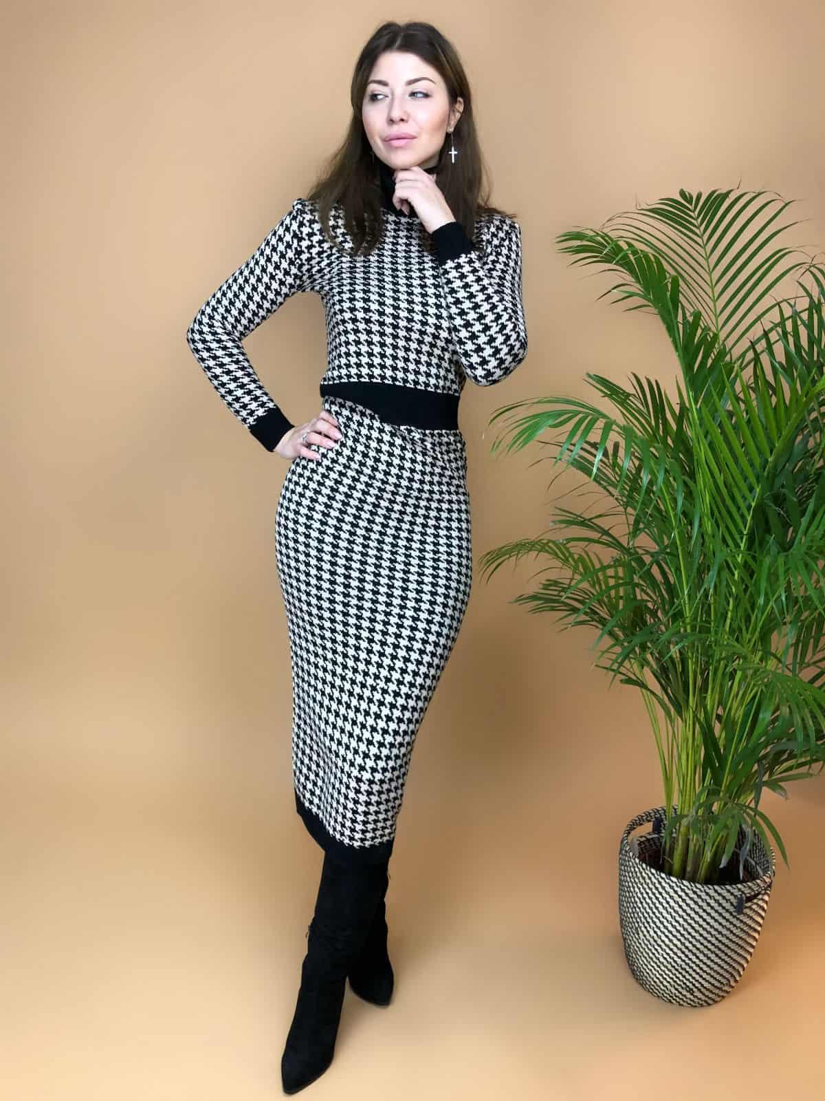 На фотографии вязаное платье гусиная лапка от Shapar, бренда женской одежды ручной работы в интернет-магазине связанных спицами вещей.
