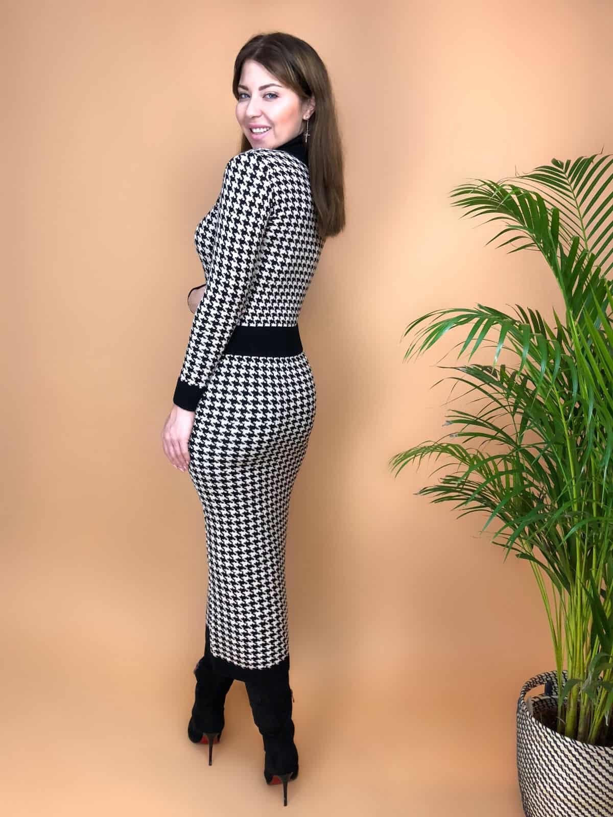 На второй фотографии вязаное платье гусиная лапка со спины от Shapar, бренда женской одежды ручной работы в интернет-магазине связанных спицами вещей.