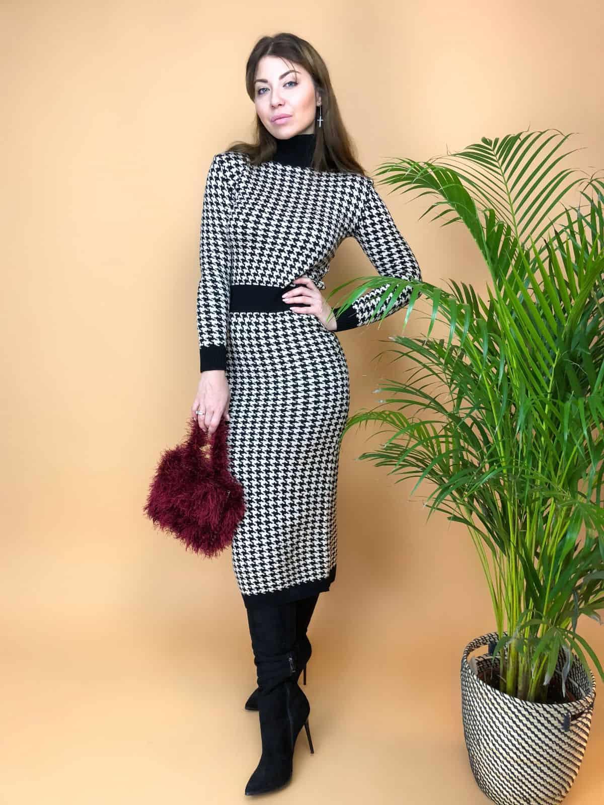 На пятой фотографии модное вязаное платье гусиная лапка для девушек и женщин от Shapar, бренда женской одежды ручной работы в интернет-магазине связанных спицами вещей.