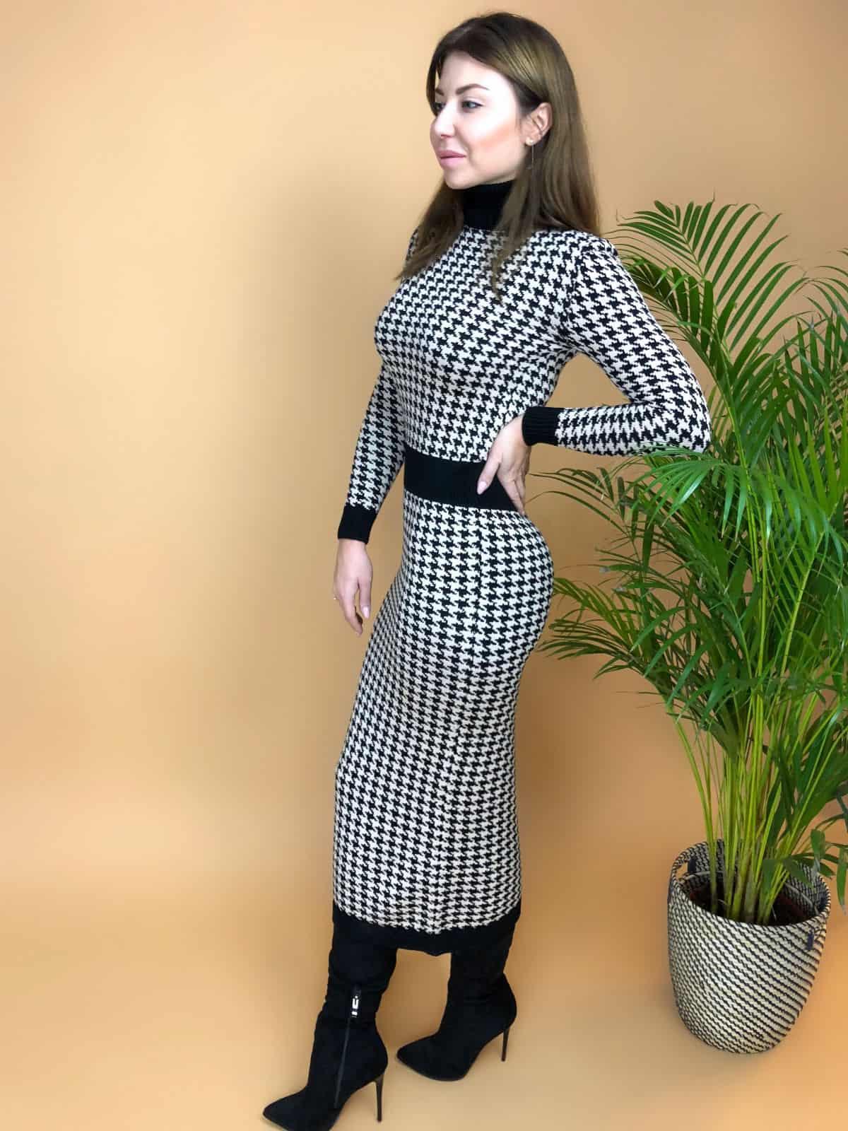 На четвертой фотографии вязаное платье гусиная лапка с воротником стойка от Shapar, бренда женской одежды ручной работы в интернет-магазине связанных спицами вещей.