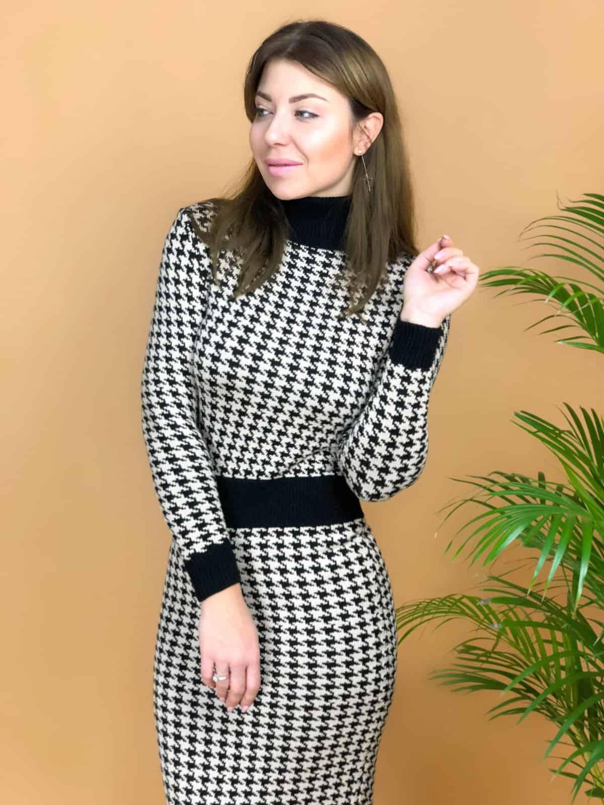 На третьей фотографии вязаное платье с узором гусиная лапка от Shapar, бренда женской одежды ручной работы в интернет-магазине связанных спицами вещей.