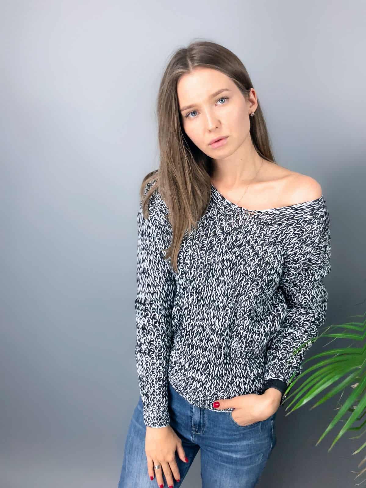 На первой фотографии женский пуловер со спущенным плечом от Shapar, бренда вязаной одежды ручной работы в интернет-магазине связанных спицами вещей.