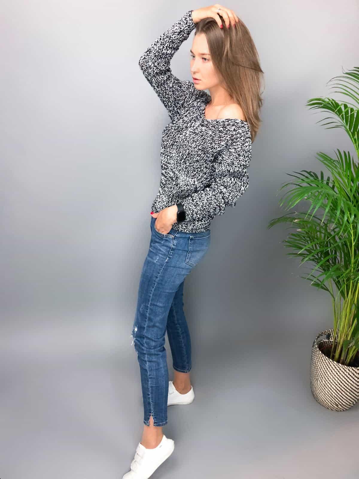 На пятой фотографии женский антрацитовый пуловер со спущенным плечом от Shapar, бренда вязаной одежды ручной работы в интернет-магазине связанных спицами вещей.