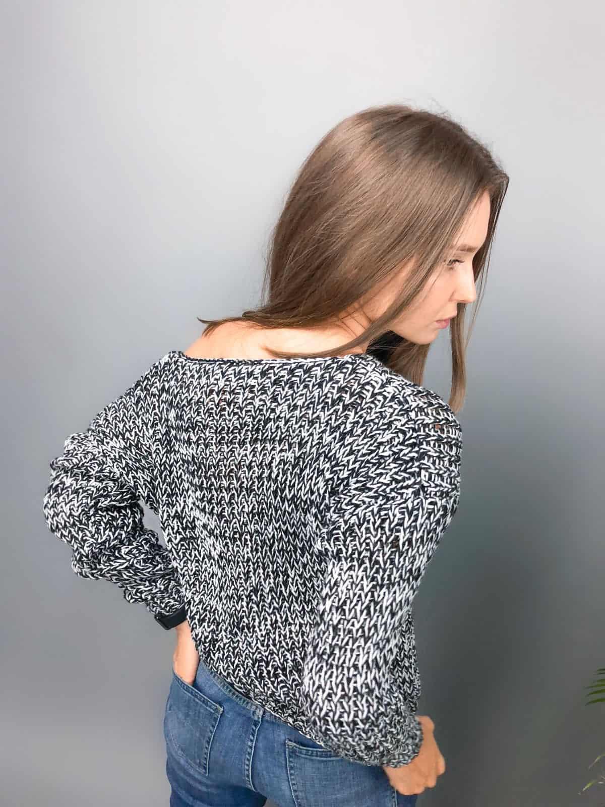 На второй фотографии женский пуловер со спущенным плечом со спины от Shapar, бренда вязаной одежды ручной работы в интернет-магазине связанных спицами вещей.