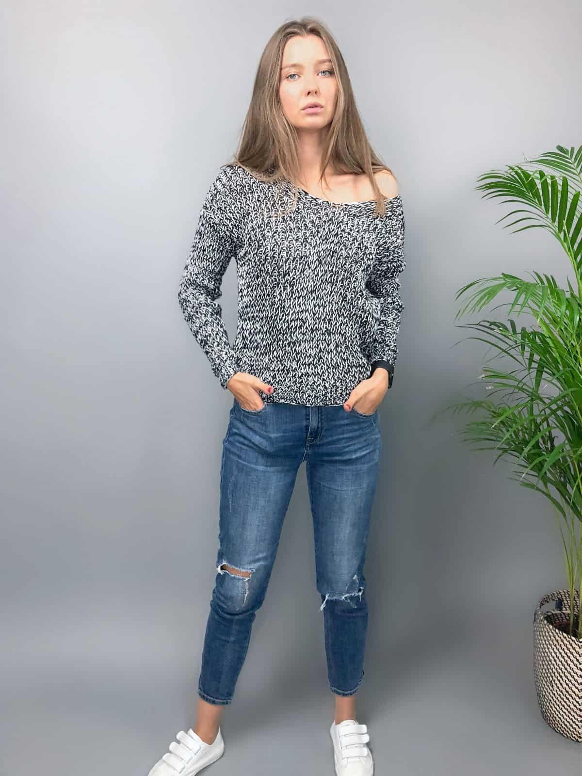 На четвертой фотографии женский меланжевый пуловер со спущенным плечом от Shapar, бренда вязаной одежды ручной работы в интернет-магазине связанных спицами вещей.