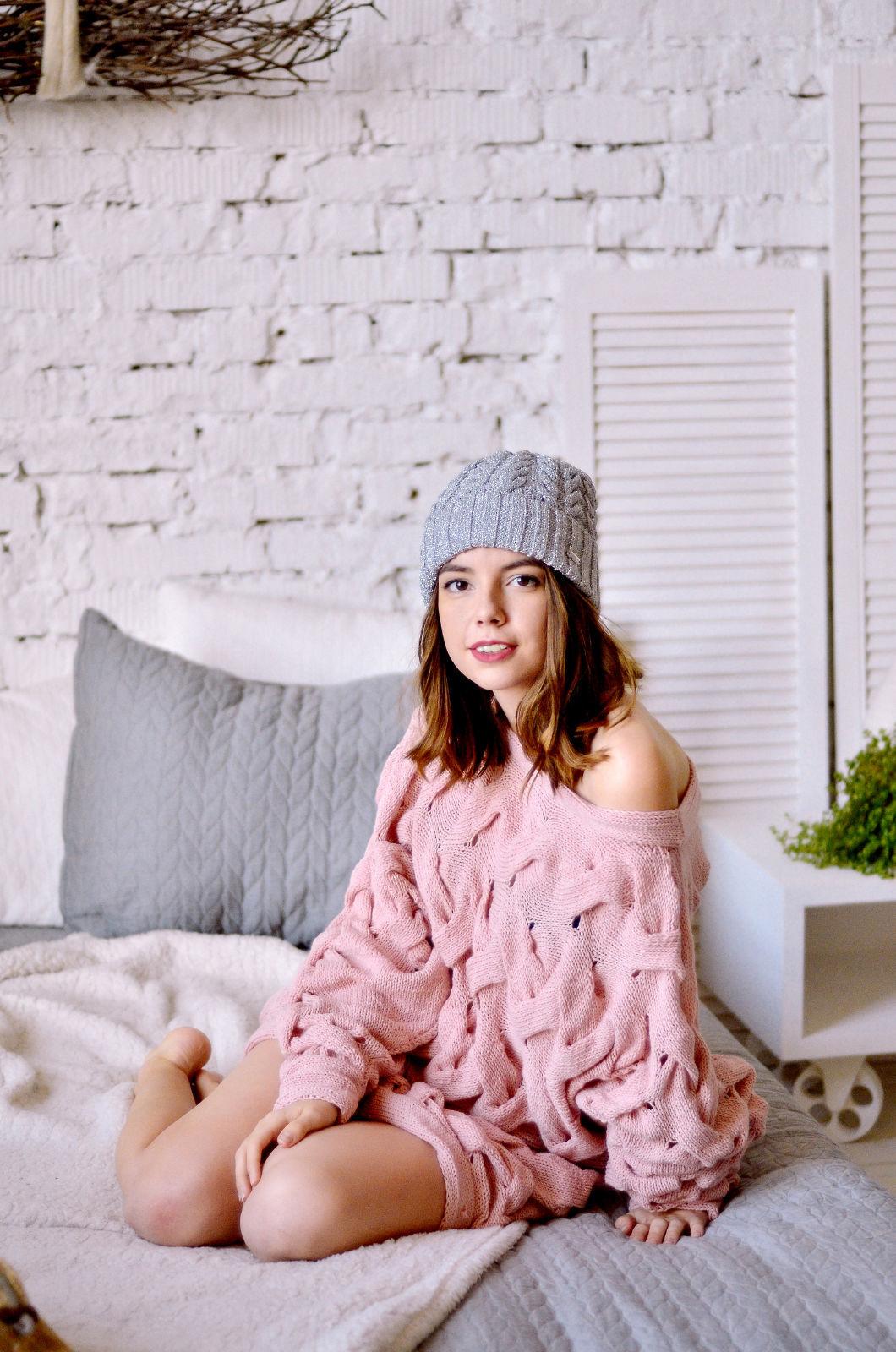 На первой фотографии женский розовый джемпер от Shapar, бренда вязаной одежды ручной работы в интернет-магазине связанных спицами вещей.