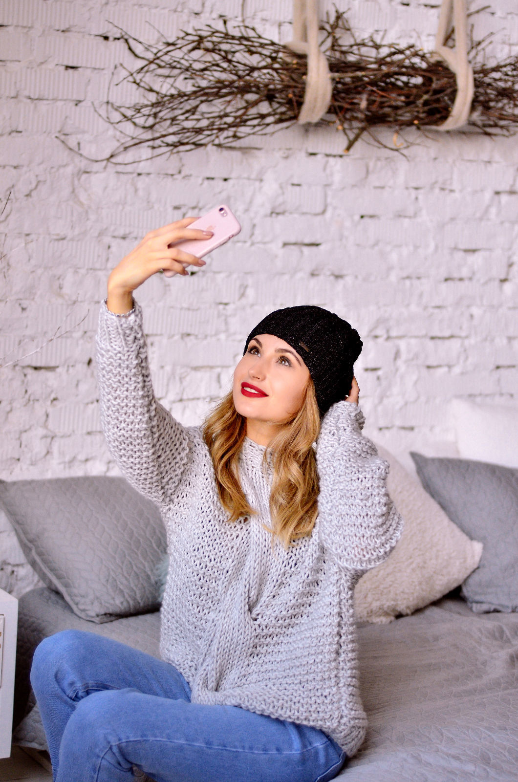 На фотографии женский серый свитер с косой от Shapar, бренда вязаной одежды ручной работы в интернет-магазине связанных спицами вещей.