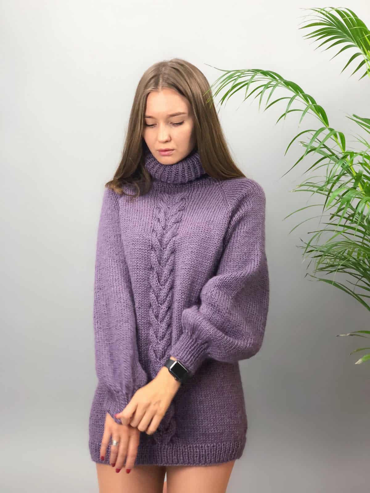 На первой фотографии женский сиреневый джемпер от Shapar, бренда вязаной одежды ручной работы в интернет-магазине связанных спицами вещей.