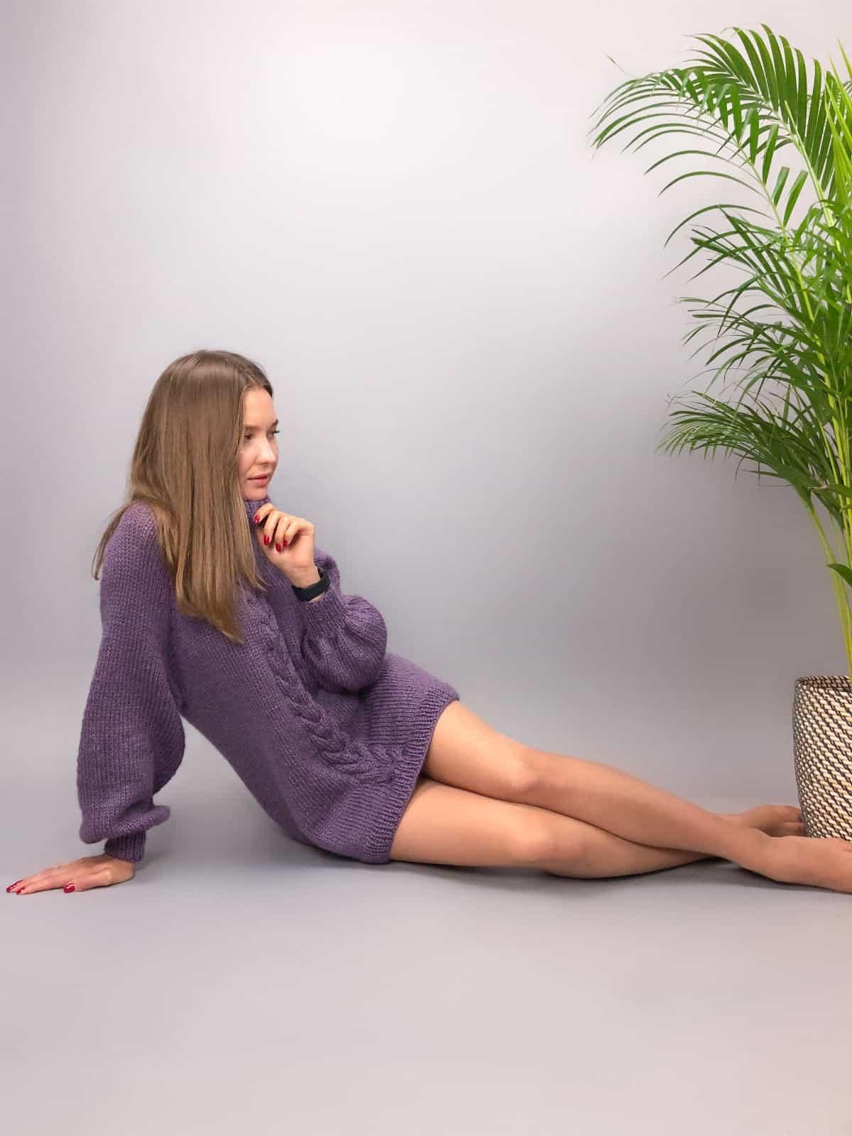 На пятой фотографии женский сиреневый джемпер с косой от Shapar, бренда вязаной одежды ручной работы в интернет-магазине связанных спицами вещей.
