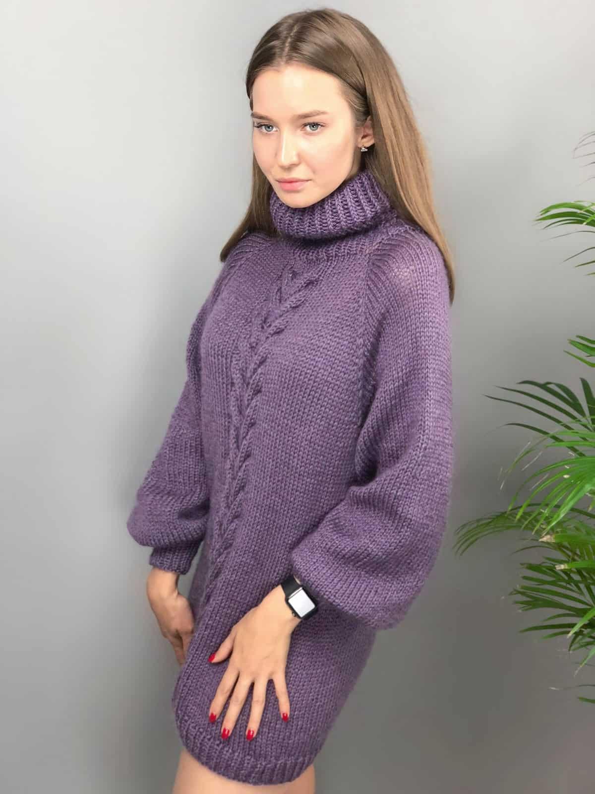 На четвертой фотографии женский сиреневый джемпер с высоким воротником-стойкой от Shapar, бренда вязаной одежды ручной работы в интернет-магазине связанных спицами вещей.