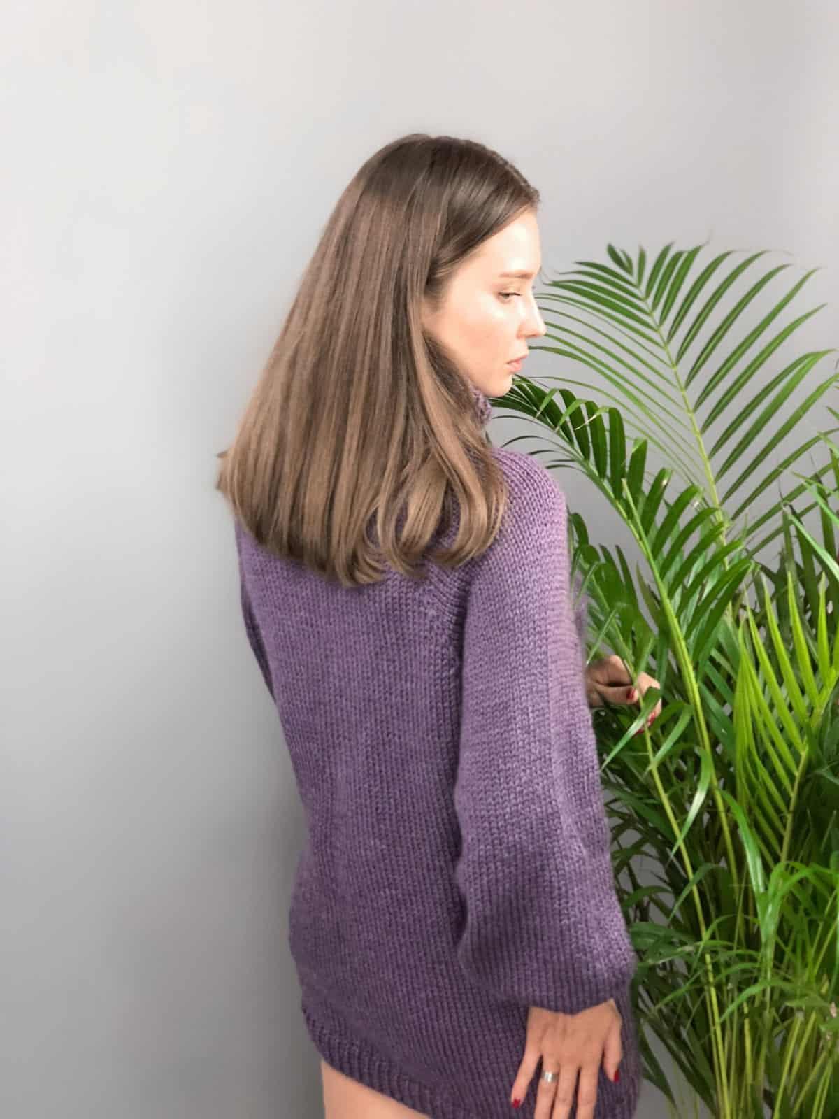 На второй фотографии модный сиреневый джемпер для девушек и женщин от Shapar, бренда вязаной одежды ручной работы в интернет-магазине связанных спицами вещей.
