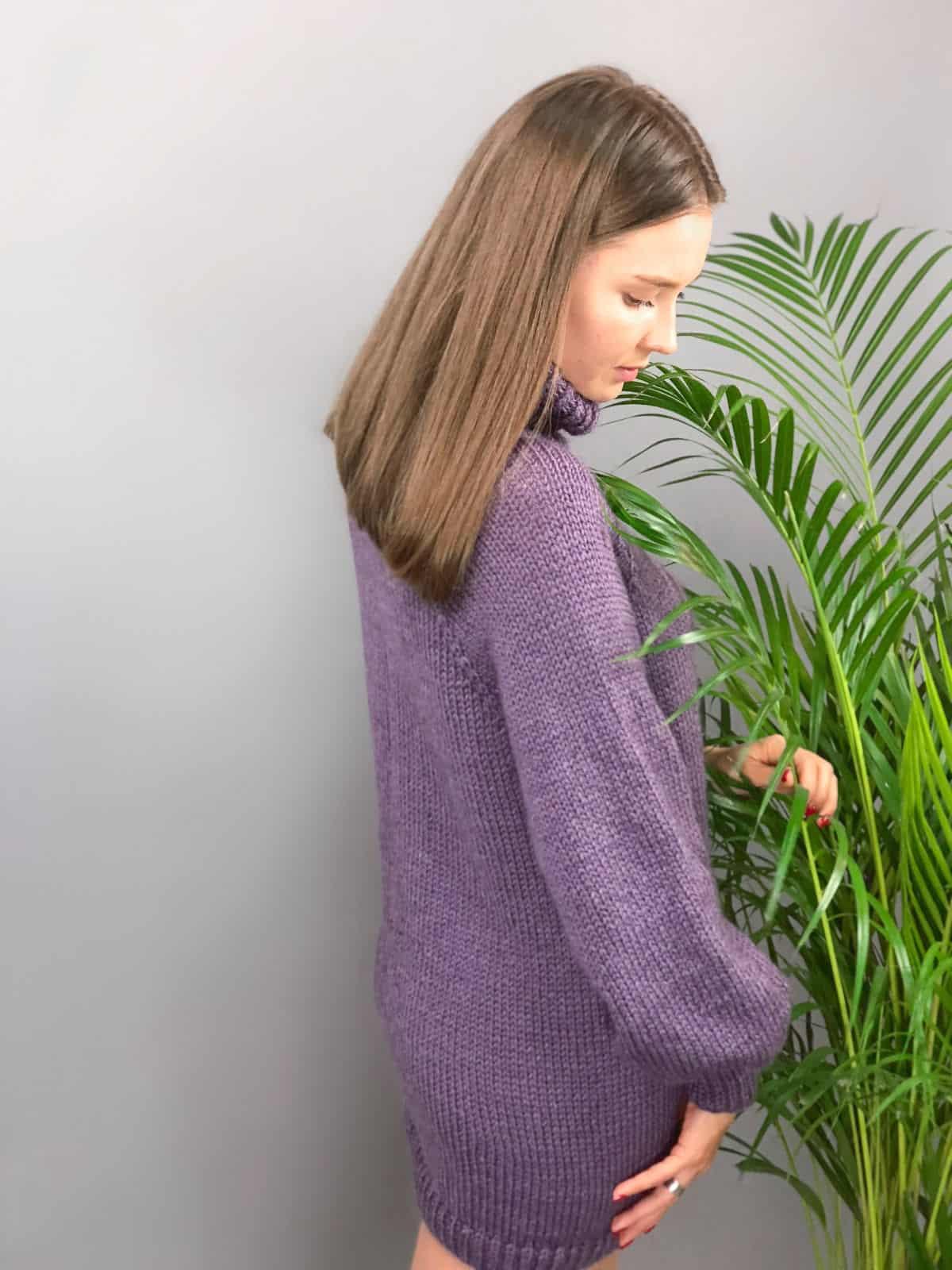 На третьей фотографии женский сиреневый джемпер со спины от Shapar, бренда вязаной одежды ручной работы в интернет-магазине связанных спицами вещей.