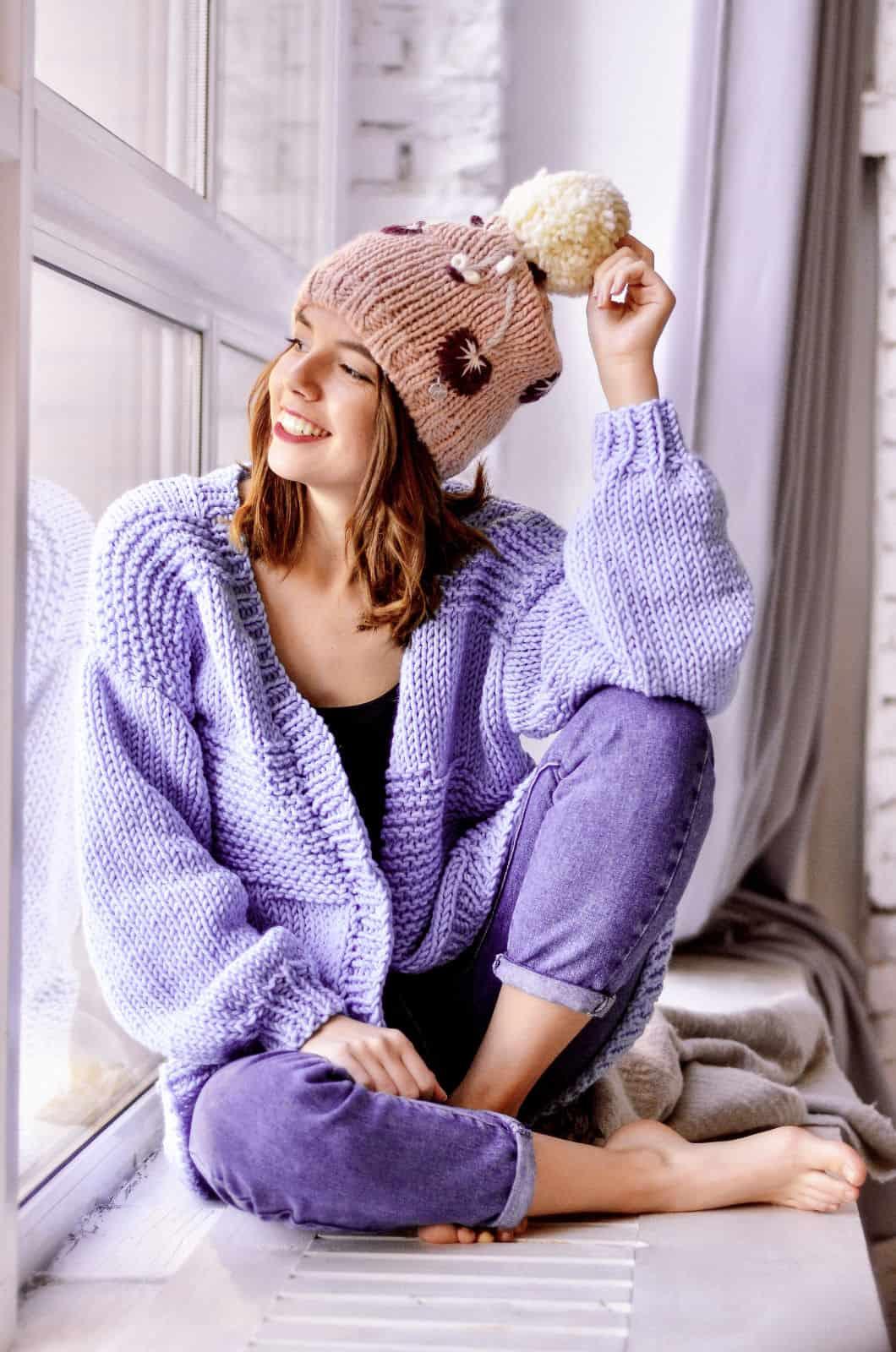 На первой фотографии женский сиреневый кардиган спицами от Shapar, бренда вязаной одежды ручной работы в интернет-магазине связанных вещей.