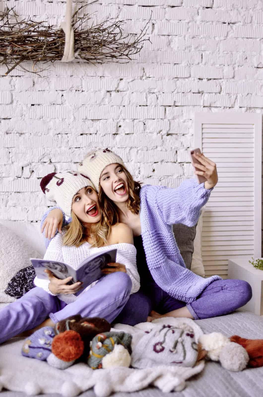 На третьей фотографии модный сиреневый кардиган спицами для девушек и женщин от Shapar, бренда вязаной одежды ручной работы в интернет-магазине связанных вещей.