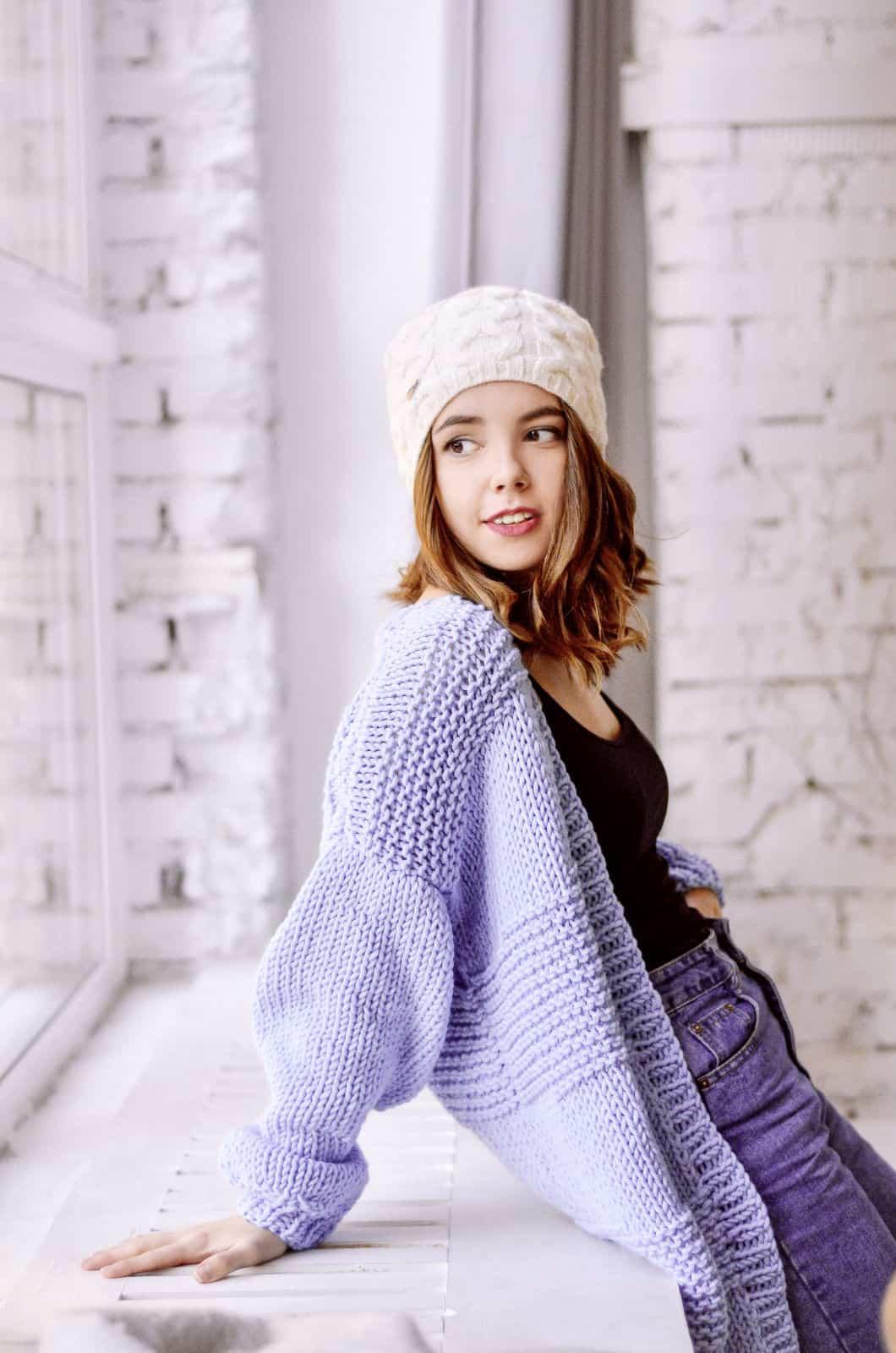 На второй фотографии классический женский сиреневый кардиган спицами от Shapar, бренда вязаной одежды ручной работы в интернет-магазине связанных вещей.