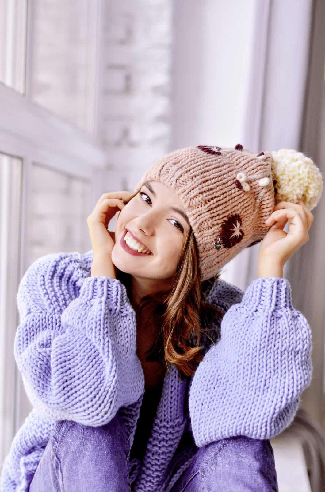 На четвертой фотографии женский сиреневый кардиган спицами с вязаным фактурным узором от Shapar, бренда одежды ручной работы в интернет-магазине связанных вещей.