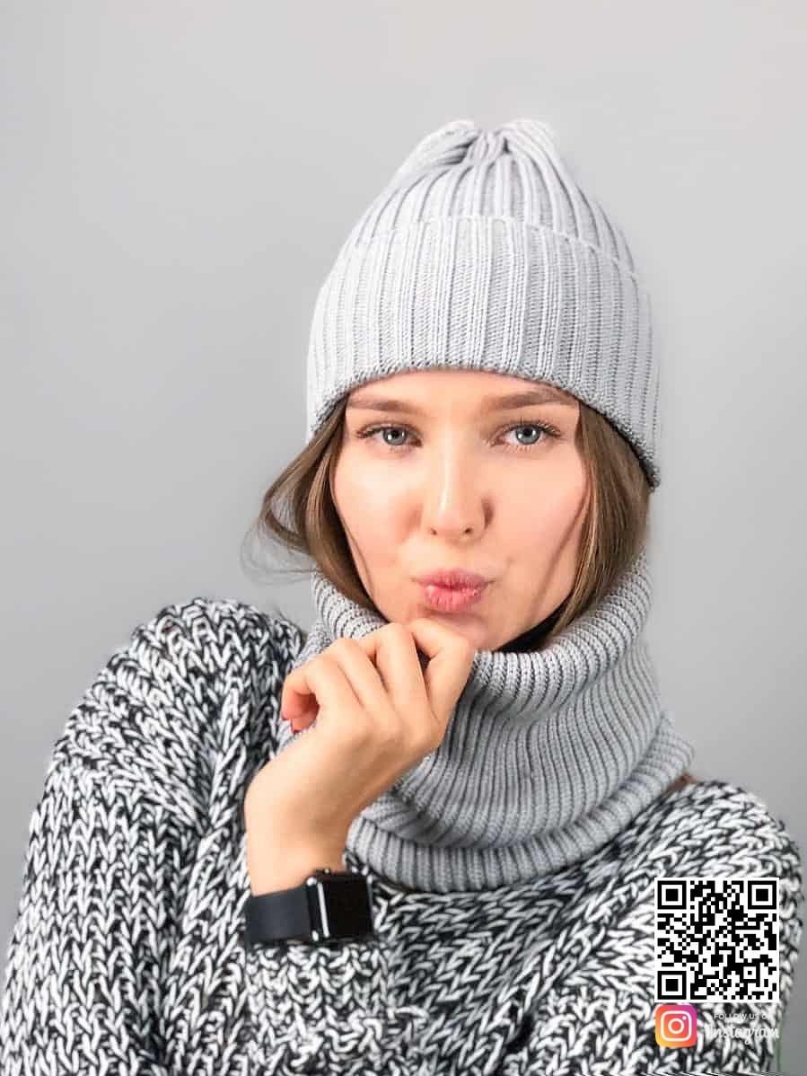 На третьей фотографии женская вязаная шапка со снудом серого цвета от Shapar, бренда одежды ручной работы в интернет-магазине связанных спицами вещей.