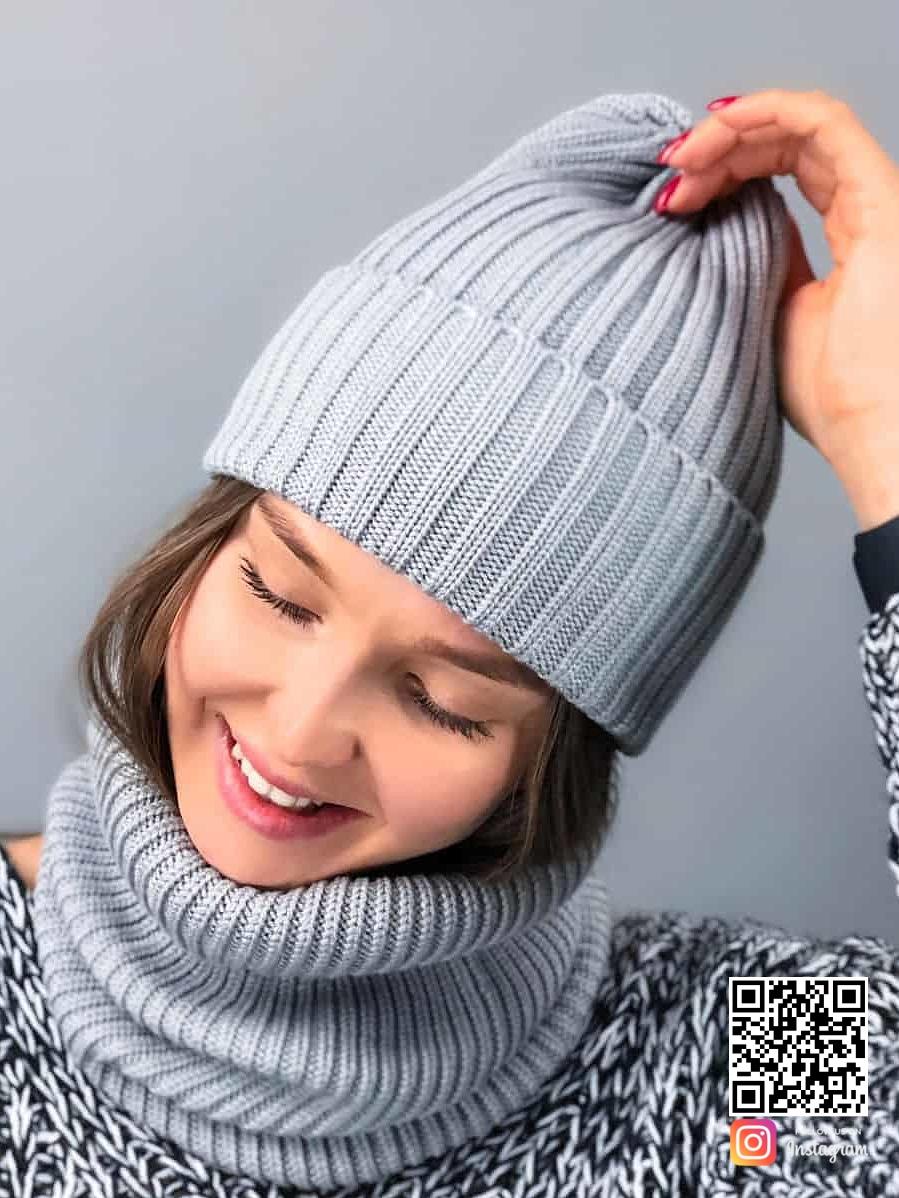 На четвертой фотографии модная серая шапка и снуд для девушек и женщин от Shapar, бренда вязаной одежды ручной работы в интернет-магазине связанных спицами вещей.