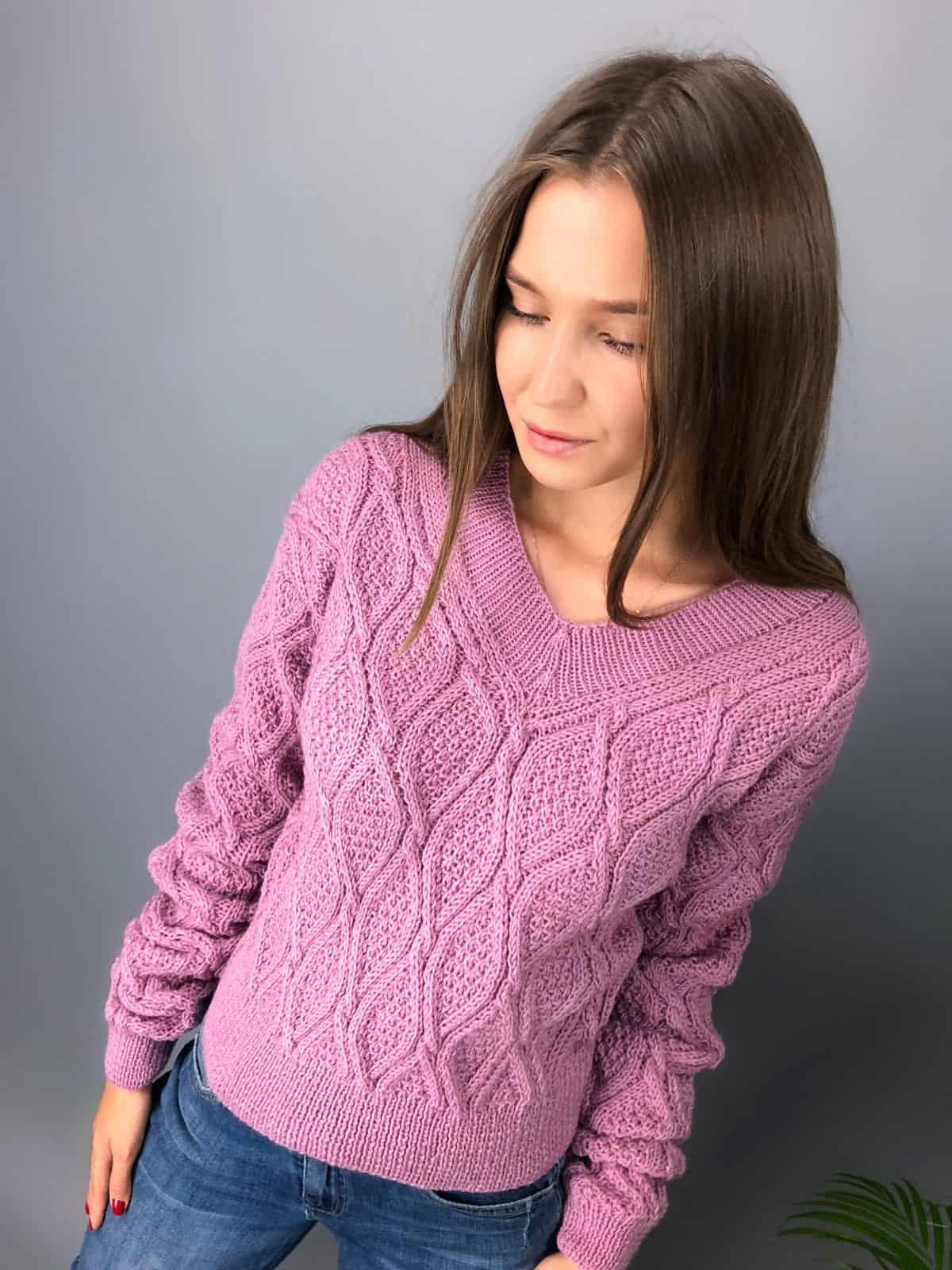 На четвертой фотографии модный малиновый свитер с узором для девушек и женщин от Shapar, бренда одежды ручной работы в интернет-магазине связанных спицами вещей.