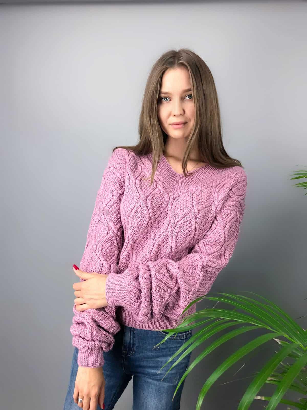 На фотографии женский вязаный малиновый свитер от Shapar, бренда одежды ручной работы в интернет-магазине связанных спицами вещей.