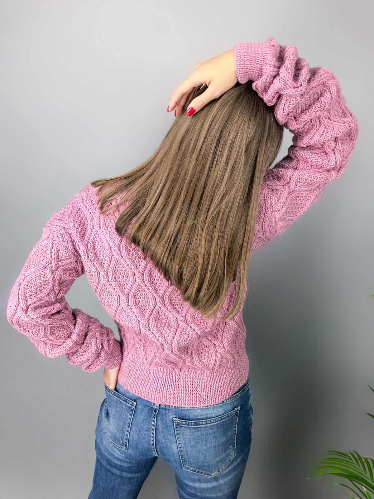 На второй фотографии женский малиновый свитер со спины от Shapar, бренда вязаной одежды ручной работы в интернет-магазине связанных спицами вещей.